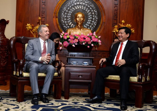 Ho Chi Minh City's Party chief Dinh La Thang (R) talks to US ambassador to Vietnam Ted Osius in HCMC on April 14, 2016. Photo: Thuan Thang/Tuoi Tre