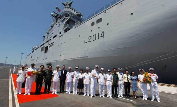 Officers of French naval ship Tonnerre and Vietnamese naval officers. Photo: Nguyen Chung