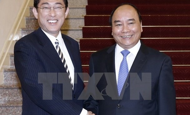 Prime Minister Nguyen Xuan Phuc (R) shakes hands with Japanese Foreign Minister Fumio Kishida in Hanoi on May 5, 2016. Photo: Vietnam News Agency