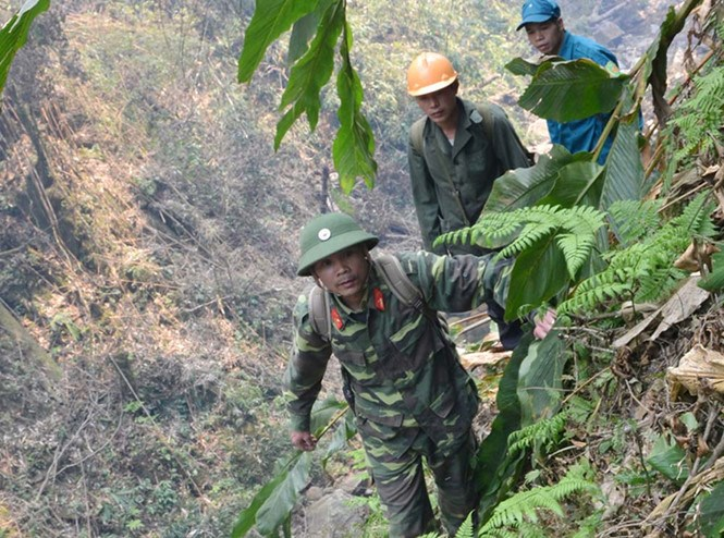 Vietnamese rescuers searching for the missing British tourist. Photo: K.Van