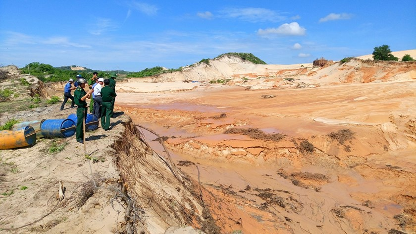 A file photo shows the waste reservoir of a titanium-zinc mining company in Binh Thuan Province breaking on June 16, 2016. Photo: Que Ha/Thanh Nien