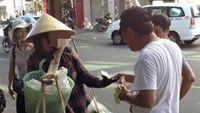 A still image from the video clip shows the Chinese tourists bargaining with a Da Nang's street vendor over the banana stem.