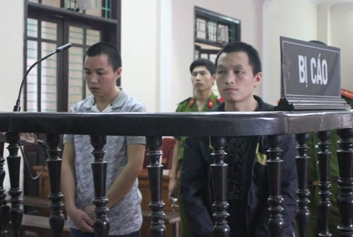 A file photo shows Xong Ba Tu (R) and Xong Rua Co standing trial in April 2015. Photo credit: VnExpress