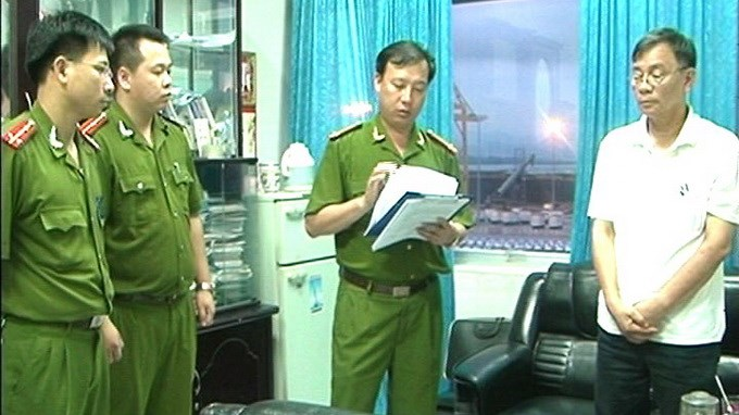 Police in Quang Ninh Province read a decision for arresting Dinh Ngoc Uyen, former deputy head of Quang Ninh Port company, for misusing nearly US$400,000. Photo credit: Quang Ninh Police