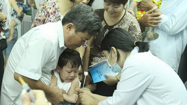 A boy is vaccinated at Pasteur Institute in Ho Chi Minh City. Photo credit: Tuoi Tre