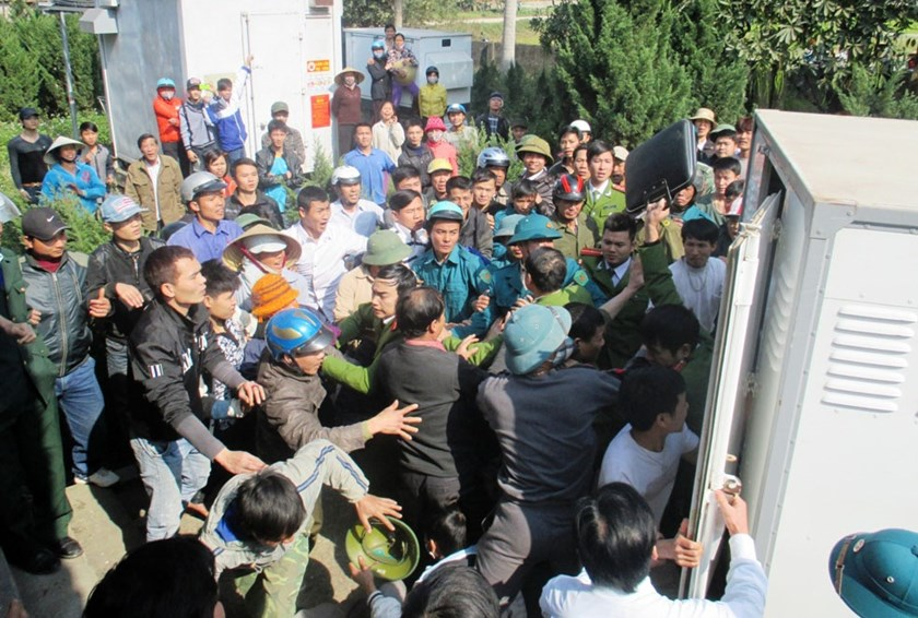 Police push back angry residents to bring two dog thieves to their car in Thanh Hoa Province in February. Photo: Ngoc Minh