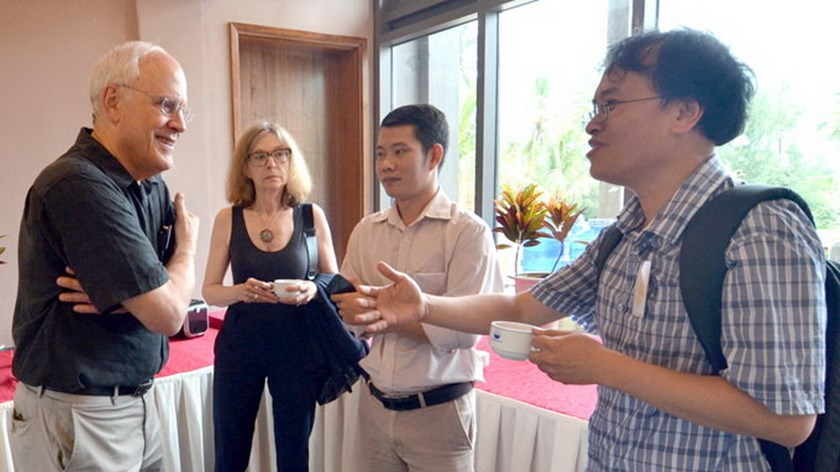 Prof Dam Thanh Son (R) discusses with David J. Ross, an American physicist and 2004 Nobel laureate, at the international science conference Rencontres du Vietnam in Quy Nhon in 2013. Photo credit: Tuoi Tre