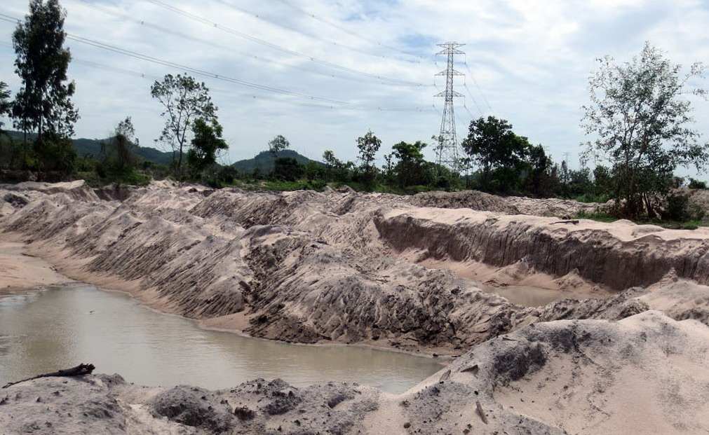 Thanh Nien exposé prompts investigation of Vietnam official's illegal sand operation