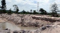 Illegal sand excavation by former justice head of Binh Thuan Province has created ponds near a 220 kV electric pole. Photo credit: Que Ha