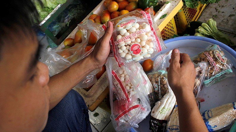 Packed Chinese fungi sold at a market in Ho Chi Minh City. Photo credit: Tuoi Tre