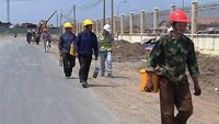 Chinese workers walk to Duyen Hai 3 Thermopower Plant project in the Tra Vinh Province, which is constructed by several Chinese firms. Photo credit: Tuoi Tre