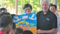 Clinton tours HIV program at Hanoi orphanage