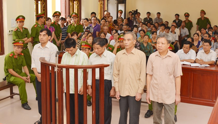 The five former government officials in Ha Nam Province behind the bar at a court on July 21, 2014. Photo credit: Nhan Dan Online