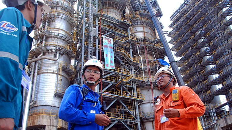 Engineers at Vietnam's sole oil refinery Dung Quat in central Vietnam. Photo credit: Tuoi Tre