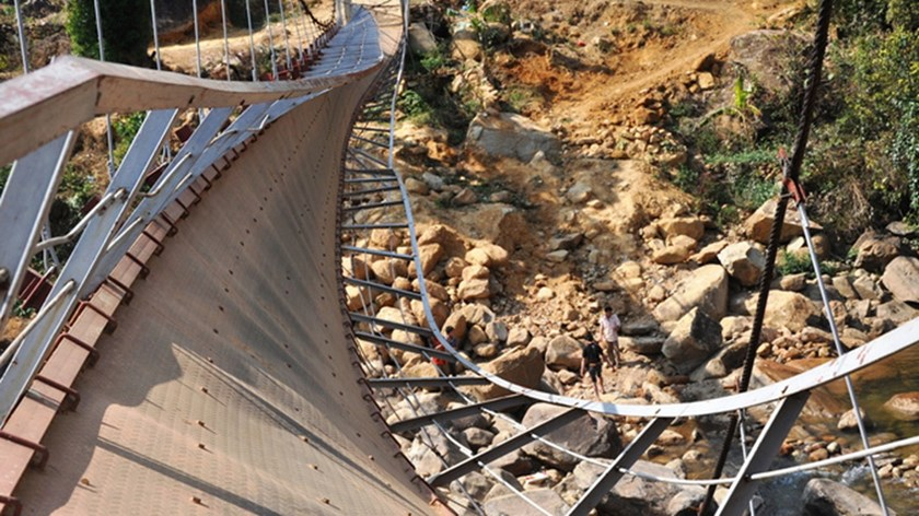 Chu Va 6 suspension bridge in Lai Chau Province collapsed on February 24, resulting in eight deaths and 38 people injured. Photo credit: Tuoi Tre