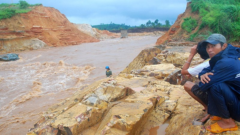 Flash flood that results from a hydropower dam breach in Gia Lai Province August 1, 2014. Photo credit: Tuoi Tre