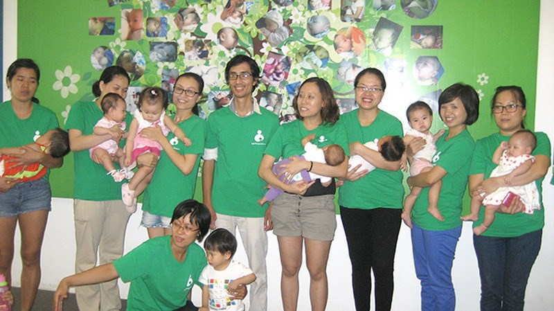 Trinh Quoc Tuan, a single father from Ho Chi Minh City, and some of 12,000 mothers who have joined his breast milk bank. Photo credit: Tuoi Tre