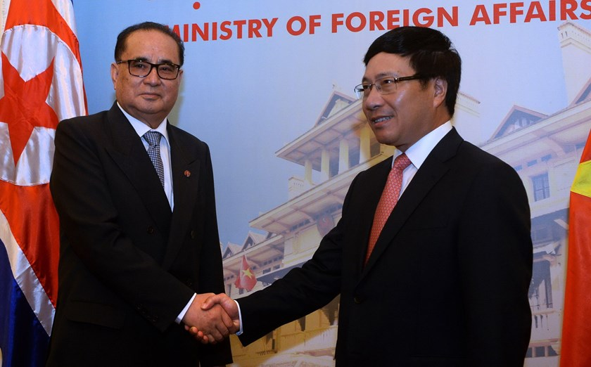 North Korea's Foreign Minister Ri Su Yong (L) shakes hands with his Vietnamese counterpart Pham Binh Minh as they meet in Hanoi on August 6, 2014. Photo: AFP