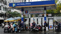 Motorists refuel at a Vietnam National Petroleum Corp. (Petrolimex) gas station in Ho Chi Minh City, Vietnam. Photo credit: Bloomberg