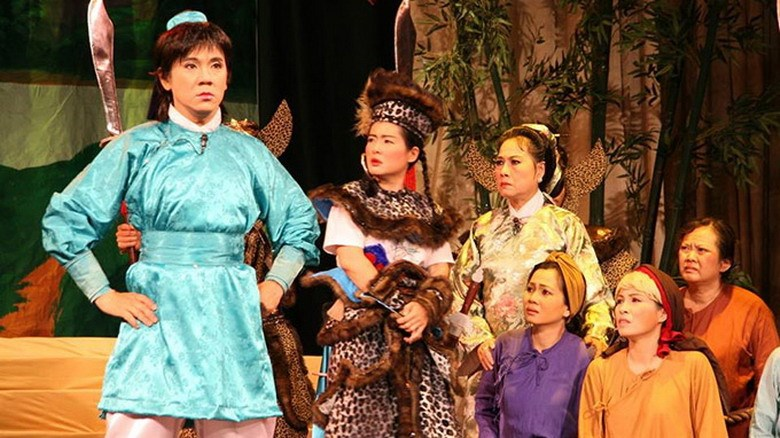Actor Thanh Long (L) plays teenage hero Tran Quoc Toan who fought Chinese invaders in the 13th century in a play by IDECAF theater in Ho Chi Minh City. Photo credit: Tuoi Tre