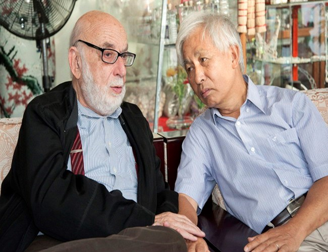 (L-R) Belgium phycisist François Englert with his Vietnamese colleague Prof Tran Thanh Van. Photo credit: VnExpress
