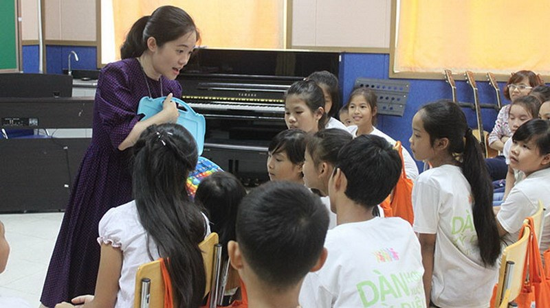 Pianist Trinh Mai Trang with students at her class in Hanoi for abused, abandoned children. Photo credit: Tuoi Tre