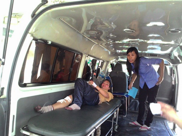 A traveler is rushed to hospital from Ba Den mountain resort in Tay Ninh Province after a train flipped on August 10, 2014. Photo: Duong Phan