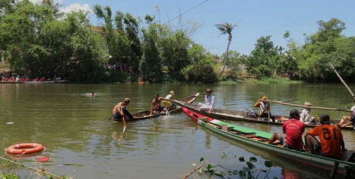 A boat race on a river in Quang Tri Province ended when a racer drowned on August 16, 2014. Photo credit: Tuoi Tre