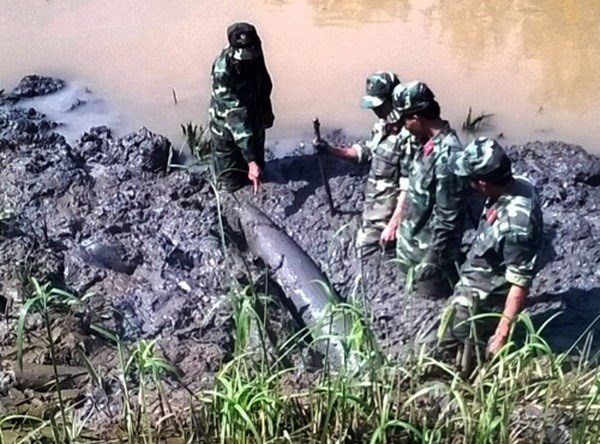 Soldiers salvage a bomb of more than 200 kilomgrams from a Ho Chi Minh City canal on August 25, 2014. Photo: An Nhon/VnExpress