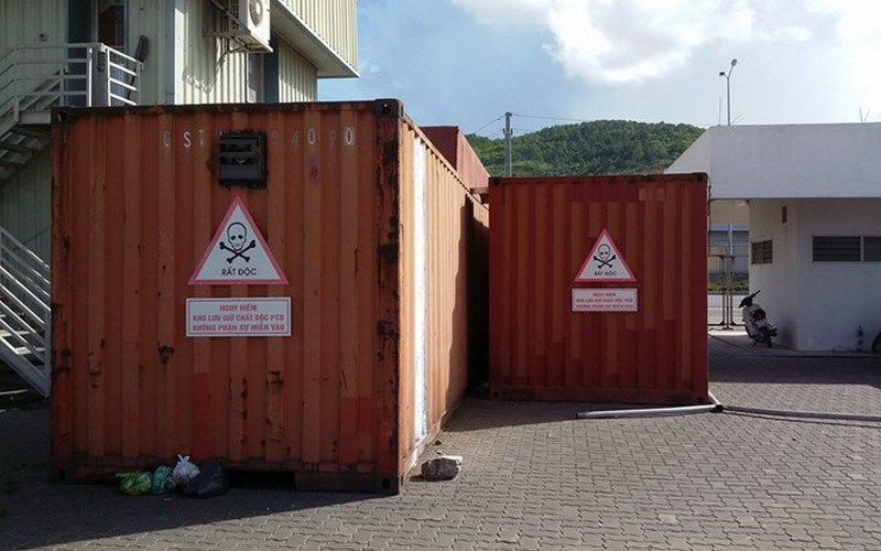 Two shipping containers that now house 7,000 liters of PCB-contaminated transformer oil imported from South Korea have been sitting on the edge of Ha Long Bay for seven years. Photo credit: Lao Dong