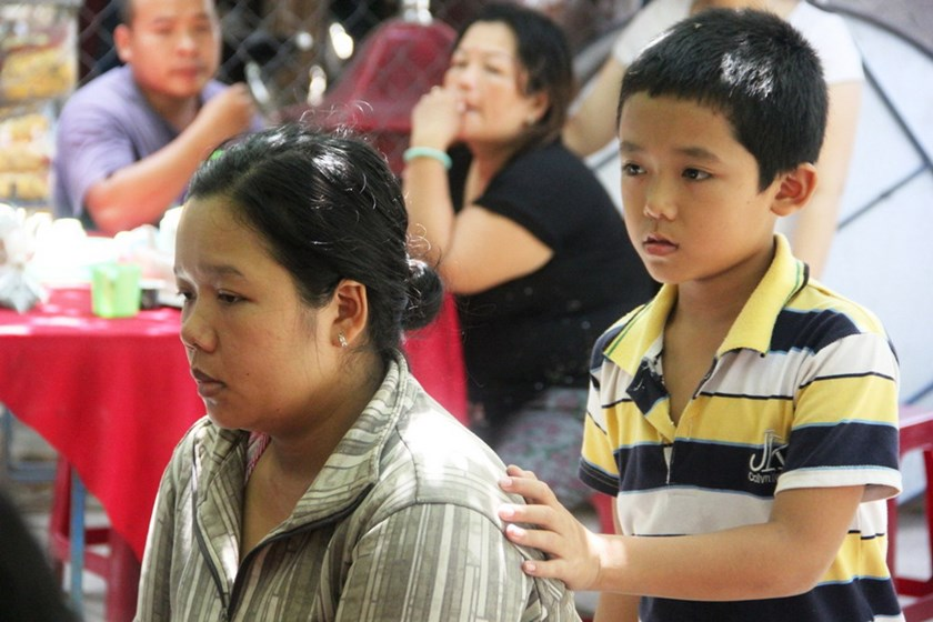 Nguyen Ngoc Tuyet Suong (L) in mourning during the funeral of her daughter Nguyen Ngoc Tuyet Van, who died on August 23, 2014 while being treated for cleft lip and palate by a Hanoi NGO operating at a Khanh Hoa hospital. Photo: Nguyen Chung