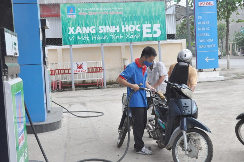A filling station put up a banner to promote ethanol E5 in Quang Ngai Province in central Vietnam. Photo: Hien Cu