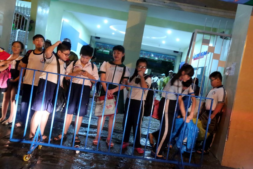 Children attend extra classes at night at a primary school in District 1, Ho Chi Minh City. Photo: Dao Ngoc Thach