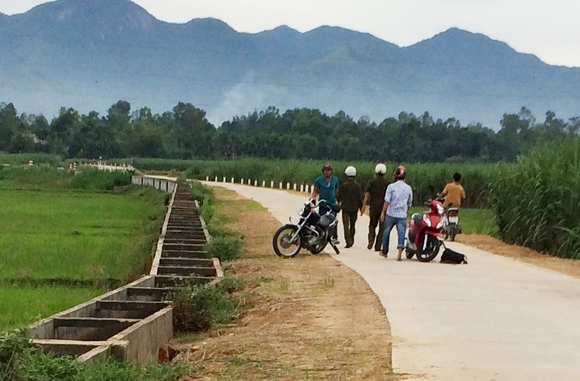 A photo supplied by Nguyen Hoang Chi Cong, a reporter at Nong Thon Ngay Nay (Rural Today) newspaper, shows Bach Ngoc Tuyen (L), a local in Quang Ngai Province, confronting him and three colleagues as they tried to cover a story about illegal sand excavati