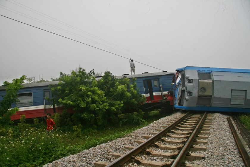 A train derailed in Nam Dinh Province on the morning of September 19, 2014 after hitting a truck parked on the tracks. Photo: Hoang Long