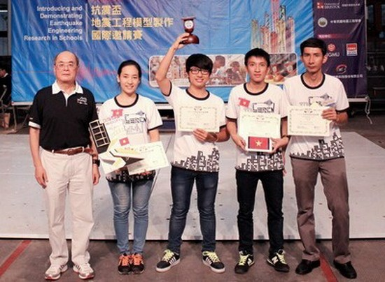 Four students from Da Nang City (L) raise their top prize award at the earthquake-sustaining house design contest in Taiwan on September 21, 2014. Photo credit: chinhphu.vn