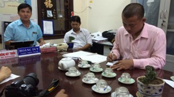 (R-L) Bach Ngoc Tuyen at a meeting with Quang Ngai Province's information officials on September 23, 2014. The officials fined Tuyen VND10 million for attacking four reporters covering his company's illegal sand excavation. Photo credit: Tuoi Tre