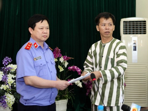 Nguyen Thanh Chan (R) of Bac Giang Province was handed a decision canceling his jail term in November 2013 after he served ten years of a life sentence for murder he did not commit. Photo: Doan Tan/Vietnam News Agency