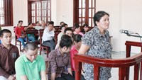 Phan Thi Kim Oanh, who provided loans to Vietnamese gamblers at Cambodian casinos, at a trial in Binh Duong Province on September 24, 2014. Her accomplices in the abduction of an innocent teenager sit behind her. Photo: Do Truong