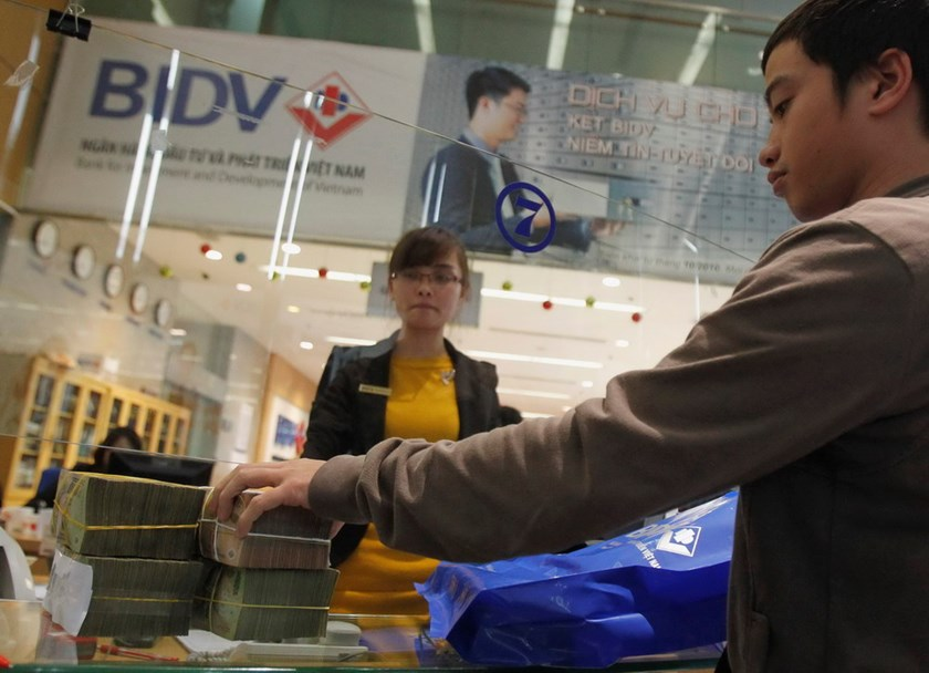 A transaction at the Bank for Investment and Development of Vietnam (BIDV) in Hanoi. Photo: Kham/REUTERS