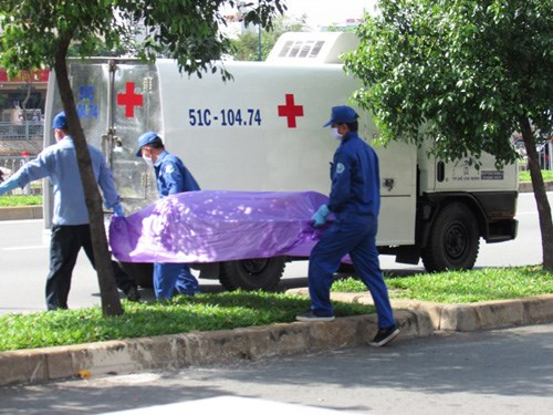 A forensic crew carries away the remains of a woman allegedly killed by her brother-in-law and lover in Ho Chi Minh City on the morning of October 1, 2014. Photo: Thanh Van