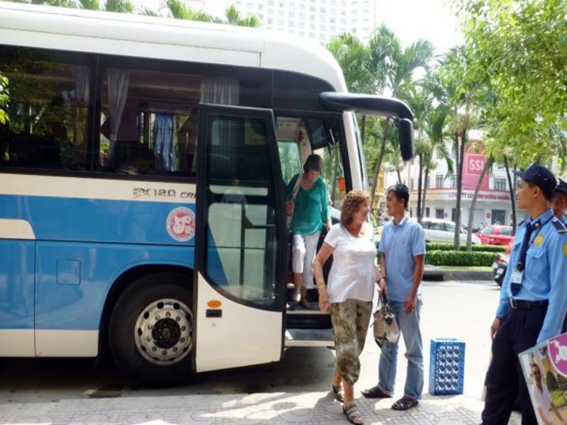 A bus drops foreign tourists in front of Tax mall at Nguyen Hue and Le Loi street corner in Ho Chi Minh City, which can no longer happen as both closes are closed to vehicles for subway construction. Photo credit: Thoi Bao Kinh Te Saigon Online