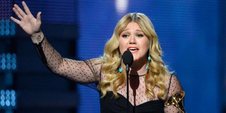 Kelly Clarkson reacts on stage as winning the Best Pop Vocal Album during the 55th Grammy Awards in Los Angeles, California, February 10, 2013. Photo: Kevork Djansezian/Getty Images North America/AFP