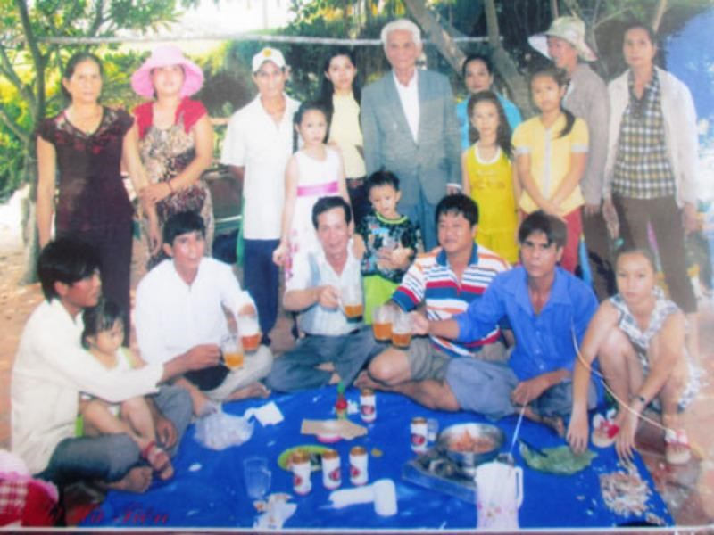 Phan Van Tieng (C, in suit), 87, with some of his 21 children and more than 80 grandchildren. Photo courtesy of the family.