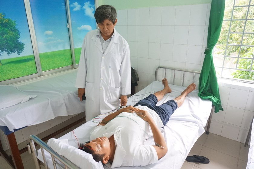 A doctor at Da Nang Traditional Medicine Hospital observes a drug addict undergoing homeopathic treatment. Photo: An Dy