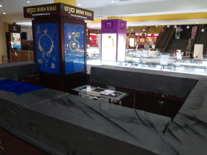 A shop of Saigon Jewelry Company at Maximark supermarket in Ho Chi Minh City where thieves infiltrated into early on October 15, 2014. Photo credit: Tuoi Tre