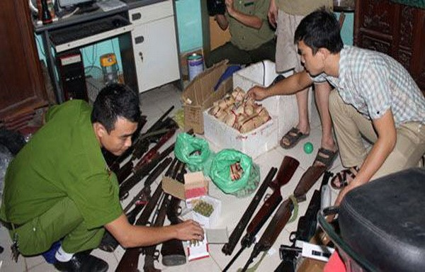 Thanh Hoa police collect guns and explosives at an illegal gunsmith's home on October 17, 2014. Photo: T. Tam/VnExpress