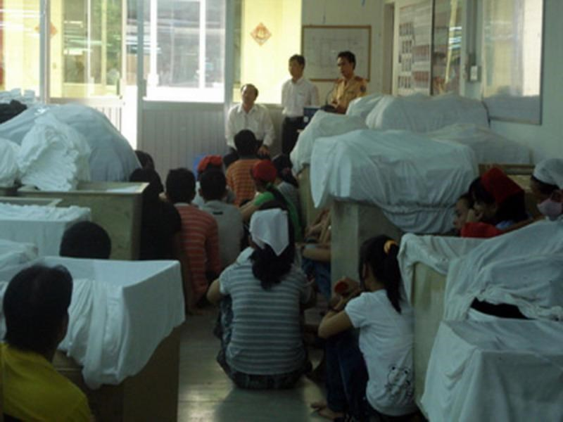 Workers from Tay Ninh Province-based Korean laundry Doosol Vina meet with local officials to ask about their wages and insurance premiums after the company shut down in this photo from Tay Ninh Social Insurance's website.