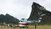 A helicopter lands outside Phong Nha-Ke Bang National Park in Quang Binh Province as part of an aerial tour in April 2014. Photo: Lam Giang/Tuoi Tre