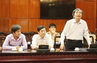 Hoang Van Duc (L), a Hanoi reporter, at a meeting on October 30, 2014 where the capital police announced the temporary suspension of three traffic cops who had fought with him the previous day. Photo: Ha An
